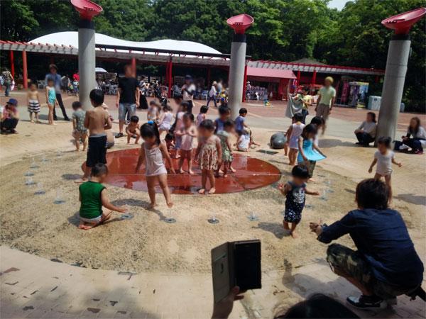 千葉市動物公園の噴水での水遊び
